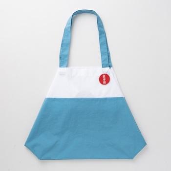白と青の鮮やかな配色に日の出チャームがポイントの「富士山エコバッグ」。