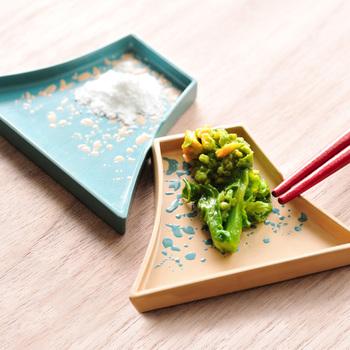豊かな表情の斑点が描かれた、富士山モチーフの豆皿。青森の伝統工芸、津軽塗の技法をアレンジして作られています。
