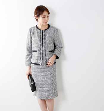 清楚で上品な「春ツイード」のセットアップスーツも、最近では入園・入学式に着用する方が増えているようです。本来ツイードはカジュアルな素材ですが、各ブランドからツイード生地を使用したセレモニー用スーツが数多く販売されています。上・下同素材のセットアップをはじめ、異素材のジャケットとスカートを組み合わせたものなど、様々なスタイルを提案しています。