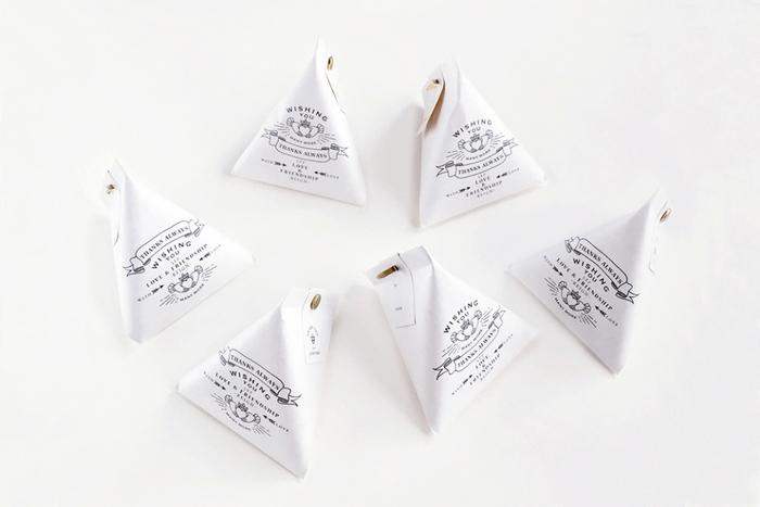 シンプルでおしゃれなKNOOPのラッピングアイテムは、ちょっとしたお菓子を包むのにおすすめ。テトラ型のペーパーバッグも手渡しにちょうどいいサイズです。