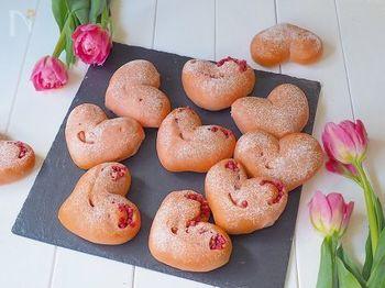 ピンク色がかわいいハートのパンは、気持ちを伝えるのにぴったり。離れて暮らす家族に作って持って行けるのが嬉しいですね♪
