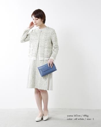 女性らしいワンピース×ノーカラージャケットも、入園・入学式の王道スタイルです。ところどころにラメ糸を織り込んだ春ツイードは、上品な光沢感が大人の華やかさを演出します。ホワイト系やベージュ系などの明るい色を選ぶと、より春らしく軽やかな印象になりますよ。