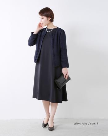 ベルトでスタイリングに変化をつけられるワンピースなら、コーディネートやシーンに合わせて様々な着こなしが楽しめます。入園・入学式は紺色のスーツも定番ですが、かっちりした印象のネイビーでも、フェミニンなワンピースなら女性らしいスタイルに。こちらのようにラメ糸を織り交ぜたジャケットを合わせると、より上品で華やかな印象になります。