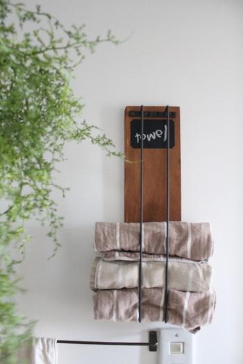 セリアの木材にアイアンバーを取り付けたタオルラックのお手軽DIY。タオルをくるくると丸めて差し込むだけで、使うときもサッと取り出しやすく、収納しやすいのも魅力。板を塗ったり、黒板シートを貼ったりとセンスが光ります。