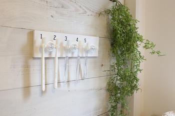 セリアの歯ブラシホルダーを上手く活用したDIY。白く塗った板に歯ブラシホルダーを取り付けるだけでOK!さらに、転写シートを使って数字や模様を加えるとオリジナリティのある仕上がりに。