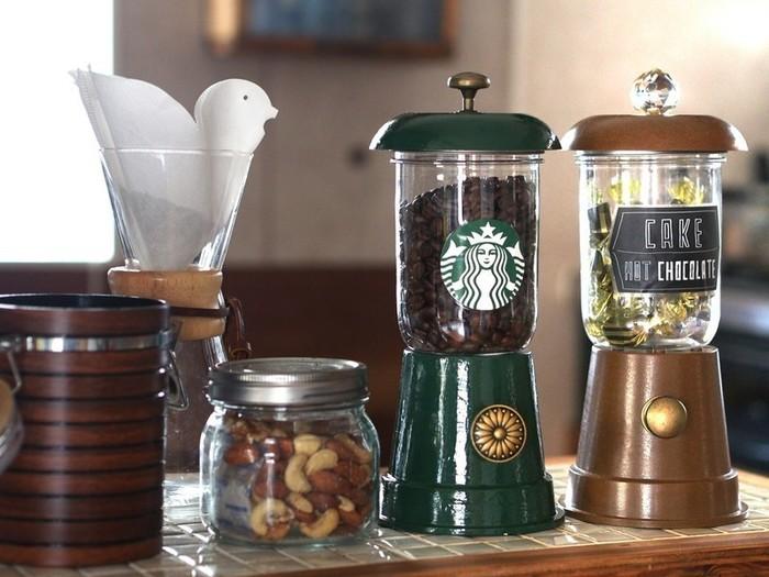 コーヒー豆やチョコレートなどのお菓子類を詰められるキャンディーポット。プラスチック容器や鉢植えを利用して作っているので材料費500円で作れます。おしゃれな見た目だけでなく、きちんと密封できる実用性も兼ね備えています。