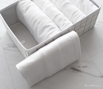 立てて収納するのがむずかしい柔らかいシルクや、とろみ系素材なんかにも使える方法です。 専用下敷きを使う方法もありますが、折りたい位置で折れないデメリットがありました。紙なら自由に折れるので高さも幅も自由自在です。