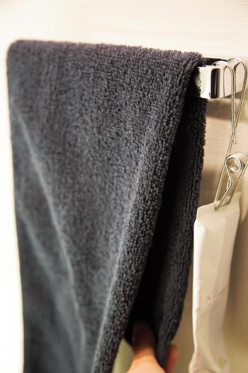 縦長の形状を崩さないようにタオルバーに掛ければ、キレイに掛けられます。洗面所やトイレ、キッチンでもホテルのようにキレイに掛けられたタオルは、気分も上がりますよね。 このようにたたみ方ひとつで効率良く、すっきりした収納が叶います。ぜひ、試してみてくださいね。