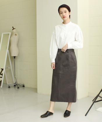 白のブラウスに、チャコールグレーのタイトスカートを合わせたコーデ。ブラウス×タイトスカートは少し大人感が強くなりすぎてしまうので、ラフなシューズを合わせたり、ナチュラルなカーディガンなどを羽織るのがおすすめです。