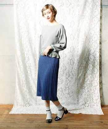 タイトスカートと言えばタックインのイメージが強いですが、もちろんトップスをアウトスタイルで着こなすのもOK。ウエスト周りが気になる方は、ゆるっとしたトップスをウエストラインにかぶせるのもおすすめです。