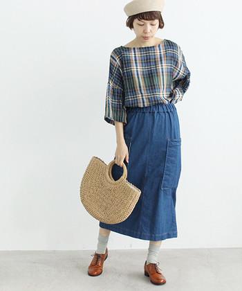 チェックのカジュアルなブラウスに、デニムのタイトスカートを合せています。タイトスカートもデニムなどのデイリー使いできる素材を選べば、グッと着こなしやすくなりますね。