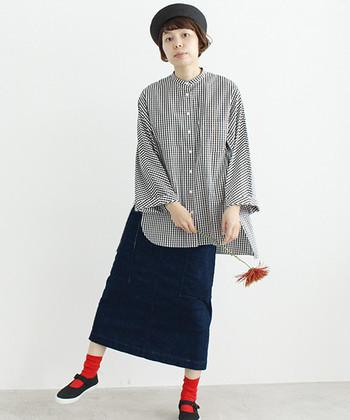 ゆったりサイズのギンガムチェックシャツを、デニムのタイトスカートに合わせたコーデ。中途半端な丈になるとバランスが悪くなるので、ウエストをしっかり隠してくれるくらいの丈を合わせましょう。