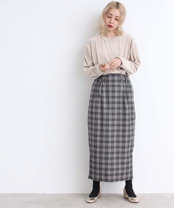 チェックのタイトスカートは、全体をナチュラルに見せたい時の強い味方になってくれます。ベージュ系のトップスを合わせて、キメ過ぎにならないような着こなしを。