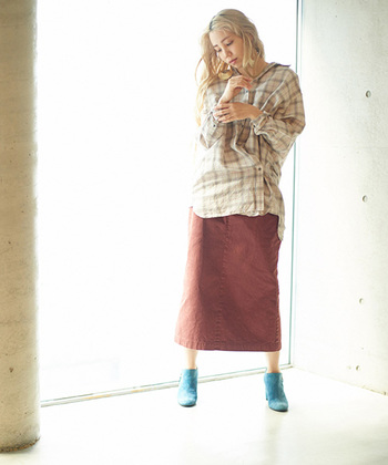 柔らかいカラーのチェックシャツに、ピンクブラウンのタイトスカートを合わせたスタイルです。こちらもゆったり長めのシャツを合わせて、ずるずるし過ぎた印象にならない絶妙な丈感でバランスを取っています。