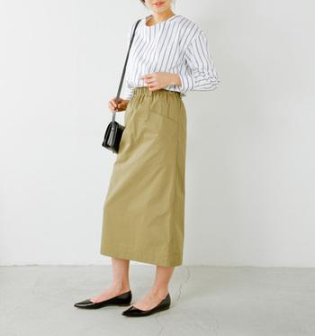 タイトスカートの着こなし方の王道と言えば、やっぱりタックイン。ハイウエストで履くことで脚が長く見え、着痩せ効果も期待できます。