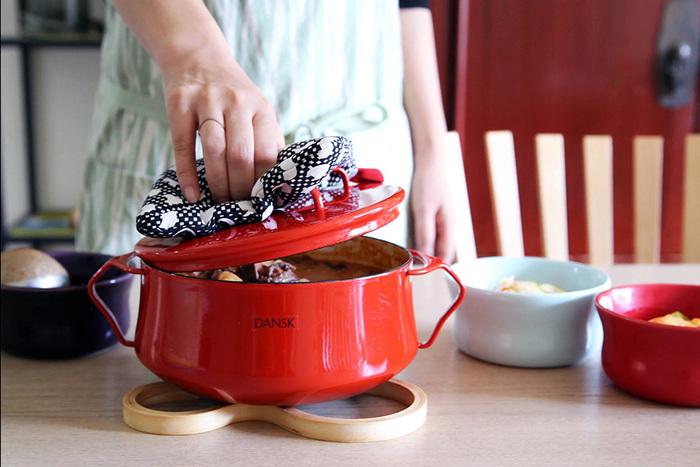 「DANSK(ダンスク)」のホーロー鍋「Kobenstyle II(コベンスタイル2)」は、見た目のカラフルさが何と言ってもおしゃれで可愛い最大の魅力です。デンマークで1950年代にデザインされたということもあり、何とも言えないレトロ感がお料理気分をグッとあげてくれます。