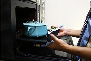このお鍋の大きな特徴としては、そのままオーブンに入れられるという点が挙げられます。1.6mm厚のホーロー用鋼板で作られているため、蓋をしてそのままオーブン料理にも使えちゃうんです。これってかなり便利な活用法ですよね。