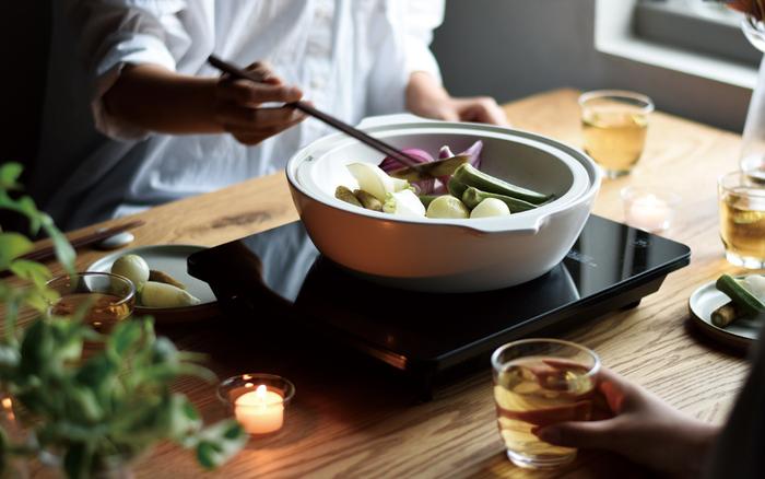 土鍋をもっとデイリーに、もっと食卓の中心に。気負うことなく毎日の料理の中で気軽に使ってもらうことが、KAKOMIシリーズの土鍋に込められた願いなんです。