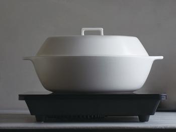 土鍋は、鍋をする時にしか使わないご家庭も多いと思いますが、こちらの土鍋は「蒸す、炊く、煮る」と様々な調理が楽しめます。土鍋特有の重厚感が無くシンプル&スタイリッシュなデザインで、テーブルコーディネートの雰囲気を壊すこともありません。