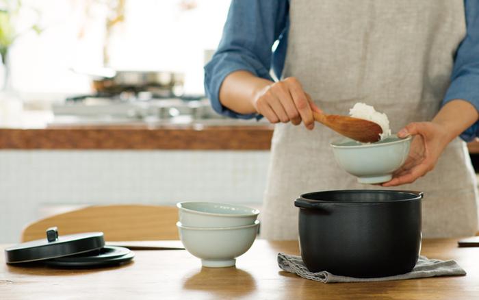いつも使っている料理のためだけのお鍋より、そのまま食卓に出してもサマになるお鍋を使った方が、家事の気分も食事の気分もグッと高まる気がしませんか? ぜひ素敵なお鍋を手持ちの道具に加えて、見ているだけで料理がしたくなるようなお気に入りを見つけてみてくださいね♪