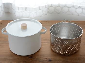 大きな両手鍋としても、パスタパンとしても使えるこちらのお鍋。このように一つで二つの役目を担ってくれる道具は、キッチンをスッキリさせたいという方の、強い味方にもなってくれますね。