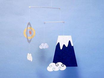 """富士山と太陽と雲がふわふわと浮かぶ「miniモビール富士山」。角度によって""""ダイヤモンド富士""""が見られるも面白いですね。"""
