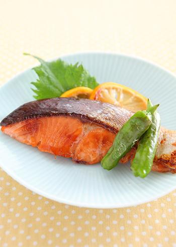 スーパーで気軽に手に入る鮭の料理のレパートリーはいくつあっても嬉しいもの。上記のごま味噌も美味しいけど、ハニーレモンみそは洋食にも使えそうで◎。ポイントはクッキングペーパーを使用してゆっくりと味を浸透させること。