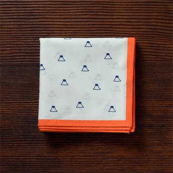 国産コットンに日本の伝統色でハンドプリントされた、富士山の「はんけち」。縦48cm×横48cmと大きめサイズなので、お弁当包みや、ポケットチーフとして男性へのプレゼントにしても。