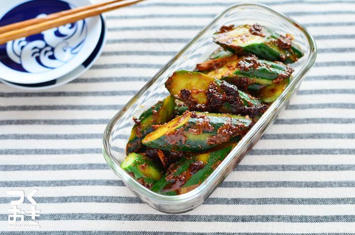 きゅうりと味噌も相性は抜群。きゅうりを赤味噌に漬けただけの簡単なそえ菜は、漬かる前に食べても◎。あまりの美味しさに浸かる前に食べ切ってしまうかも。