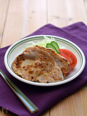 パンに塗って焼くだけの、アーモンド風味スプレッドを使った風味豊かなかな豚肉のアーモンドみそバター。市販の製品を使って簡単に作れるだけでなく、翌朝はアーモンド風味スプレッドでトーストも食べれるので冷蔵庫に常備しておくのも良いかも。
