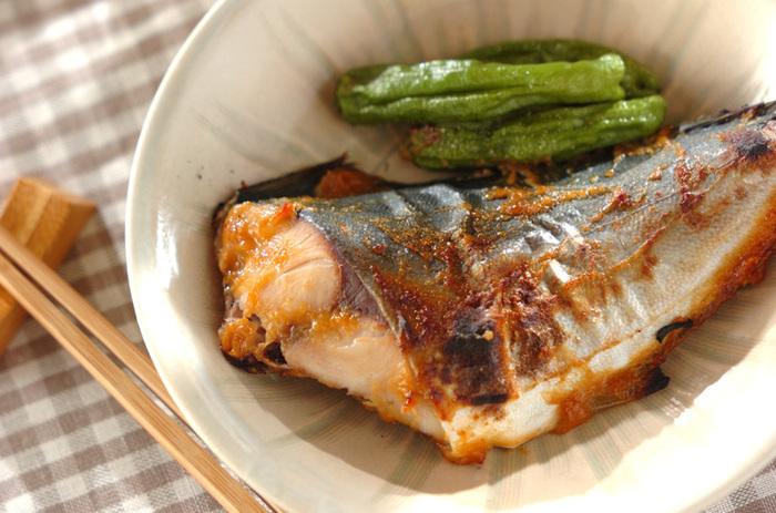 お刺身でも焼いても美味しいハマチをみそ漬け焼きに。ご飯との相性も良く、つい食べ過ぎてしまいそう。他にサバでも美味しく作ることができるので、レシピを覚えておくと重宝しそう。