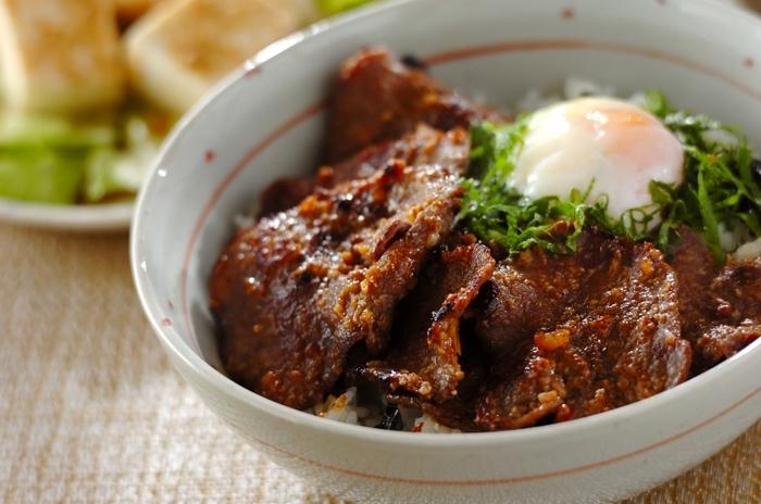 そのまま焼いて食べても美味しい牛タンを、みそ漬けにしたみそ漬け牛タン丼はいくらでもいただけそう。できれば、仙台みそを使うとより本格的な味になり美味しくいただけますが、手に入らなければお手持ちの味噌でも大丈夫。