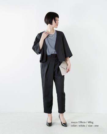 ネイビーなどのシックな色のスーツには、ボリューム感の出る2連パールで華やかさをプラスすると◎。一般的に入学式などのお祝いの席では2連でも問題はありませんが、着用する際には華やかになりすぎないよう、シンプルで小ぶりなパールを選びましょう。上品で女性らしいパールネックレスは、マニッシュなパンツスタイルをエレガントに昇華します。