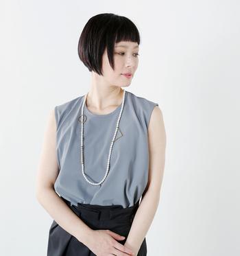 ちなみにこちらのパールネックレスは、別売りの専用パーツを使用して、自在にアレンジできるユニークなデザインが特徴です。ネックレスの芯にパーツのフックを取り付けるだけで、様々なアレンジを楽しむことができます。