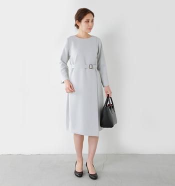 入園・入学式では白・ベージュ・ライトグレーなど、春らしい明るい色を選ぶ方も多いようです。こちらのようにフロントの生地を切り返した美しいシルエットのワンピースなら、シンプルなデザインでも上品で洗練された印象になります。あくまでも「お子さんが主役」の入園・入学式では、お母様は華やかすぎず品のある服装を選ぶことも大事なポイントです。