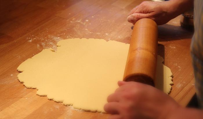 打ち粉をして綿棒で十字にのばしていきます。