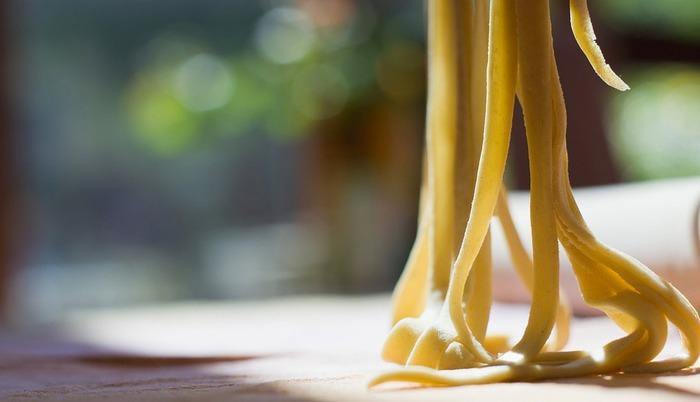 「生パスタ」と聞くと最初は少し敷居の高さを感じるかもしれません。でも、レシピやアレンジ、調理法を見れば案外簡単にできそうな気がしませんか?もちもち食感と風味が魅力の「生パスタ」。ぜひ手作りにチャレンジしてみてくださいね。