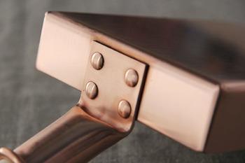 職人の方が昔ながらの手法で丁寧に作り上げた銅器は、鍋本体と取っ手の部分は4本のビスでしっかり取り付けられています。サイズは 約12.5×16.7×H3.3)cm(本体のみ)で、鍋厚は約1.5mmあり、厚めの銅板は保温性も高めてくれるので、ふんわり、しっとりとした仕上がりに。