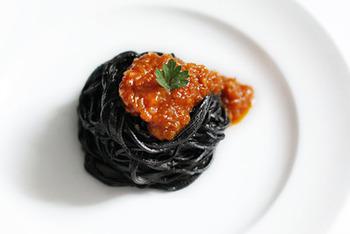 新鮮なイカ墨が手に入ったら、ぜひ試してみたいスパゲッティ・ネーロ。赤いトマトソースと合わせると見た目もおしゃれです。