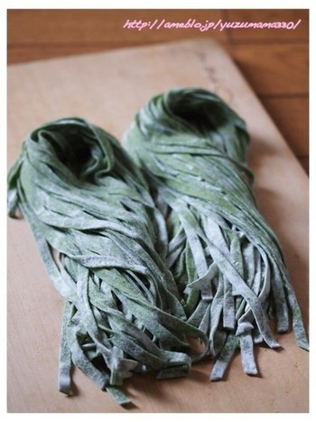 茹でたほうれん草を混ぜ込んだフェットチーネは色鮮やか。ちなみにフェットチーネとは平たいかたちのパスタのこと。ソースによくからみます。