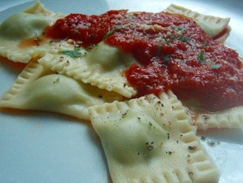 中に詰め物をしたパスタは茹でてシンプルなトマトソースをかけるだけでご馳走に早変わり。