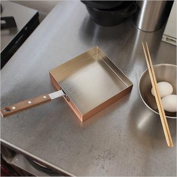 前述した工房アイザワと同じく新潟県燕市で、銅・真鍮・ステンレスのアイテムを鍛金銅器の技術を用いて生産している「テノールワークス」の正角型の玉子焼き。
