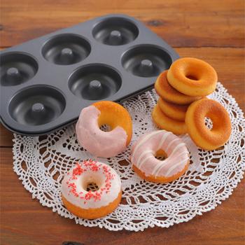 焼きドーナツの型に入れて焼いていくので面倒な形成もなしです。型はシリコン製のものが扱いやすいと人気なようですよ。