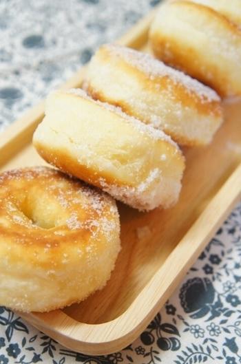 こちらのレシピは、なんと3回も試作し、4度目で大成功というレシピ。ふわっととろけるドーナツ。おいしそうです♪