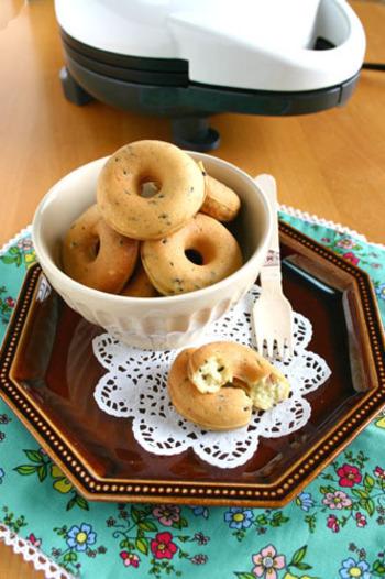 焼きドーナツとともに話題になっているのがこちらです。ふんわりヘルシーにできるドーナツメーカーならもっと気軽に作れますね。