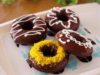 揚げてつくるドーナツが本来のおいしさですが、お家ではなかなか面倒な時も…。そんなときはオーブンにお任せしてみるのもいいですね。ホットケーキミックスで作るからより簡単に♪