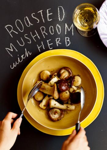 見た目もおしゃれなキノコのマリネレシピです。白ワインやスパークリングとの相性も良いので、持ち寄りパーティーやおもてなしにもぴったりの一品です。テーブルに出すときはたっぷりのパセリを振り掛けると彩りも鮮やかですよ。