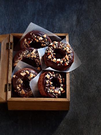 ホットケーキミックスで簡単に作れるドーナツ。ココナッツオイルで揚げることで香り豊かになります。ダークチョコとアーモンドをトッピングしてちょっぴり大人の味に。
