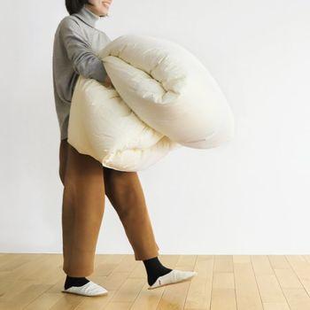 デリケートな羽毛布団は、湿気を吸いやすく、直射日光も苦手です。では、一体どんな風にお手入れするのが良いのでしょうか?大切な羽毛布団を長く愛用するために、正しいお手入れ方法をチェックしてみましょう。また、長持ちしやすい羽毛布団の特徴も合わせてご紹介します。