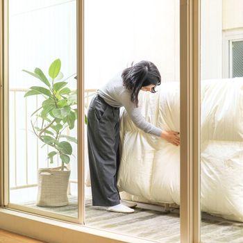 羽毛布団は吸湿性に優れているのと同時に、放湿性が高いのも特徴です。そのため、外干しするのは月に1,2回ほどでも大丈夫。湿気が少なくカラっと晴れた日を選んで、日陰になる場所に干しましょう。